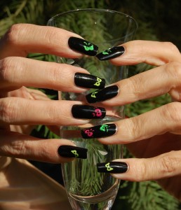 Halloween Nails Spooky Nail Art Tutorial e1351570097424 258x300 SIMPLE TUTORIAL: Halloween Nails   Spooky Eyes, Glow in the Dark